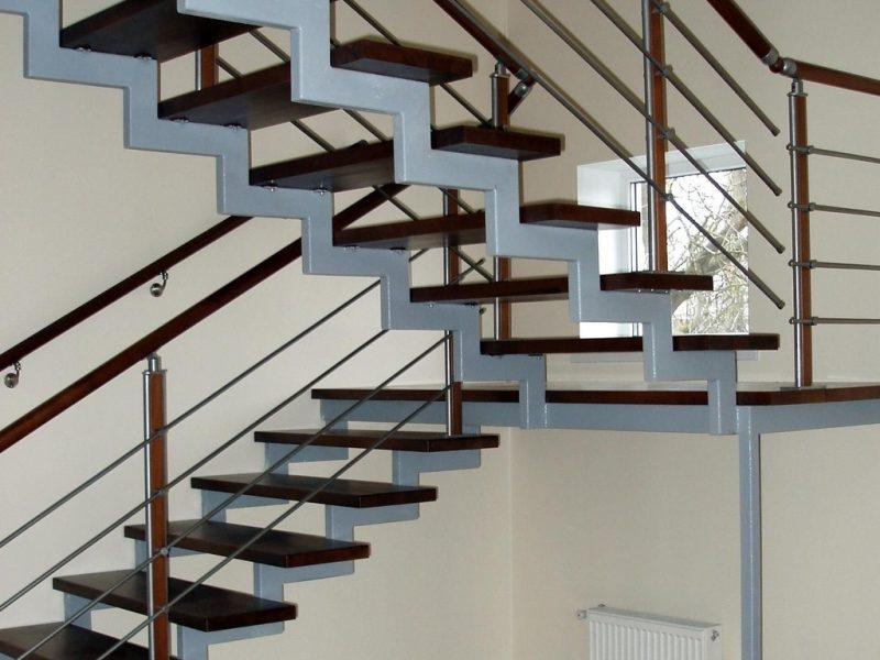 Металлическая-маршевая-лестница-с-деревянные-ступенями